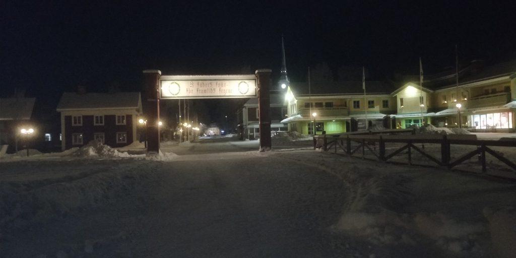Målgången för Vasaloppet i mora nattetid den största tävlingen på längdskidor i världen med över 15000 längdåkare under en hel veckas tävlan.