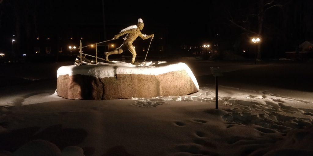 Staty bredvid målgången för Vasaloppet i Mora föreställande en längdskidåkare.
